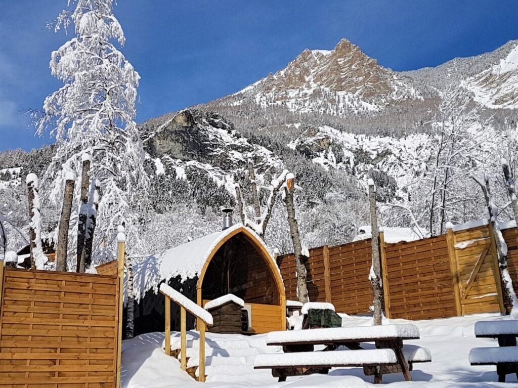 Sauna panoramique en hiver. Extérieur Large.